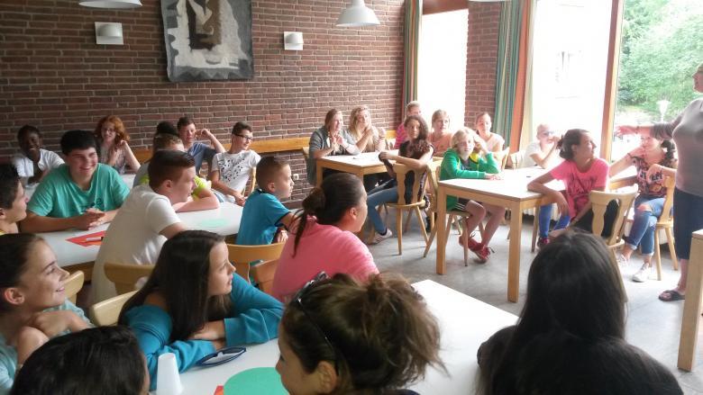 groupe de jeunes durant des temps de travail linguistique