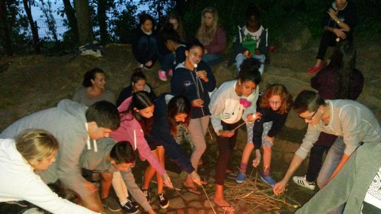 jeux autour d'un feu de camps