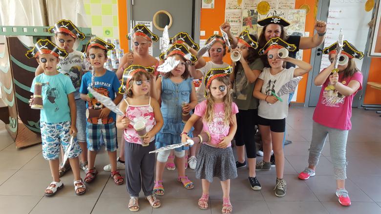 Les enfants arborent fièrement leurs nouveaux costumes.