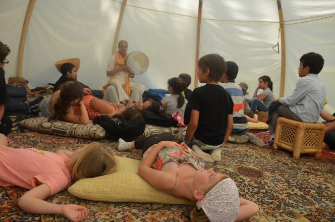 Les enfants qui écoutent les histoires de Rafik Harbaoui