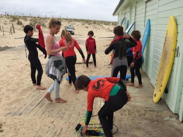 Préparatifs pour l'initiation au surf