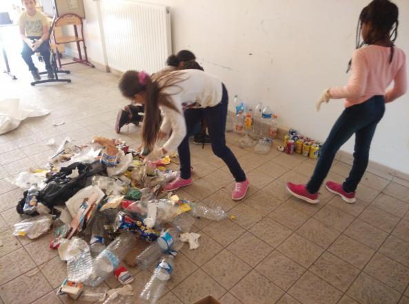On trie les déchets ramassés à l'aire de jeux du quartier
