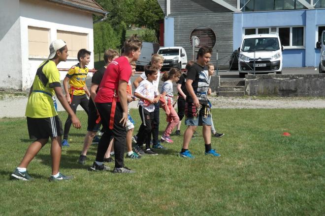 Exercice de Flag, le but est d'arracher les flags (accrocher à la ceinture) aux adversaires