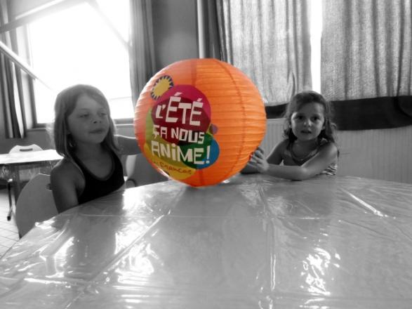 Alyson et Camille autour de la table des activités manuelles