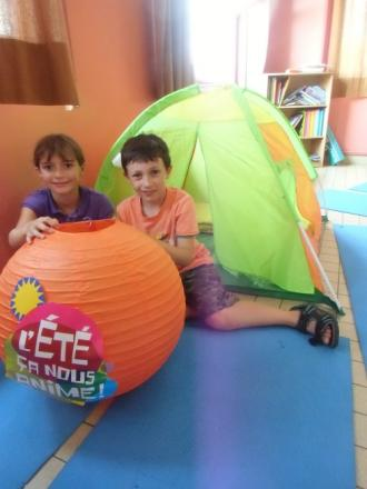 Camille et Malo à coté de la tente