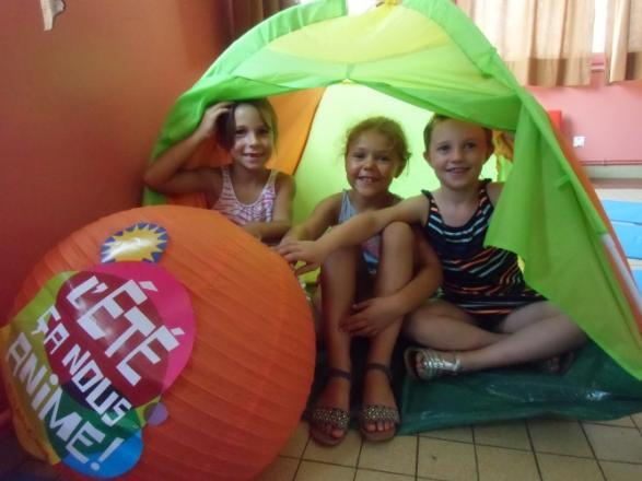 Maélys, Lola et Léa, sous la tente