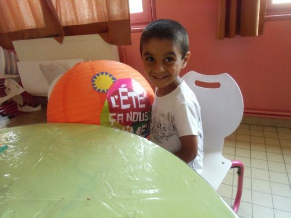 Moustafa assis à table