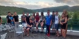 Les adolescent devant le lac