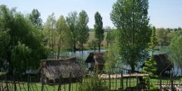 Dans le village de Caraman à 30 km de Toulouse: Le village néolithique et le pont traversant le lac, lieu du chantier.